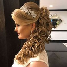 Photo taken by Sonia Lopes ( with caption : 'Boa noite 🌸 ✨. Quince Hairstyles, Party Hairstyles, Bride Hairstyles, Long Hair Wedding Styles, Wedding Hairstyles For Long Hair, Elegant Hairstyles, Quinceanera Hairstyles, Hair Dos, Hair Trends