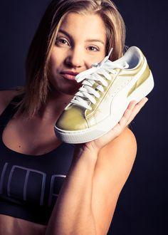 Der neue Vikky Platform ist einer unserer Favoriten dieser Saison. Der aus dem Basketball inspirierte Freizeitschuh verbindet Sportlichkeit und Mode perfekt. Aus weichem Knautschleder. Angenehmes Innenfutter mit Polsterrand. Die komfortable Softfoam-Innensohle, die passt sich perfekt dem Fuss an und erhöht so den Tragekomfort. Topmodische Gummi-Laufsohlen mit 25mm-Plateau. #lemoschuh #LEMO #Schuhlieferant #Schufachhändler #schuhe #shoes #puma #gold #sneaker #fashion #sport