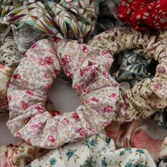 Tuto couture chouchou - Chouchou en tissu LibertyYou can find Patron couture and more on our website. Coin Couture, Couture Sewing, Maxi Dress Tutorials, Sewing Tutorials, Sewing Projects, How To Make Scrunchies, Sewing To Sell, Girl Dress Patterns, Liberty Fabric