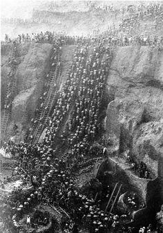 Full view of the Serra Pelada gold mine, Brazil, 1986.  Credit : Sebastião Salgado.    Credit :Sebastião Salgado