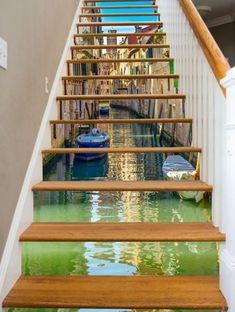 renover un escalier avec une série d autocollants constituant un paysage de venise sur un escalier en bois et mur gris