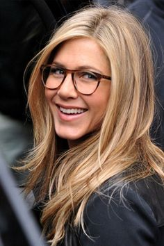 Celebs Who Look Gorgeous In Glasses Jennifer Aniston looks sophisticated in her stylish specs!Jennifer Aniston looks sophisticated in her stylish specs! Jennifer Aniston Haar, Peinados Jennifer Aniston, Jennifer Aniston Haircut, Jennifer Aniston Glasses, Sunglasses For Your Face Shape, Corte Y Color, Great Hair, Pretty Hairstyles, Style Hairstyle