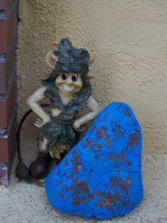 Mini figura duende en el jardín del Centro de Educación Infantil Hadas y Duendes