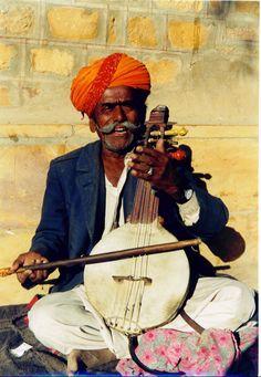 itinerant musician, delhi, india 1-04.