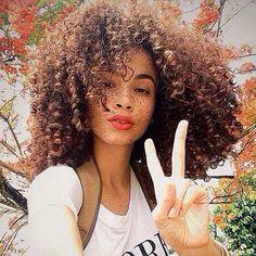 More freckles and curls from @joyjah ✌️ #naturallycurlymanes #naturalhair…