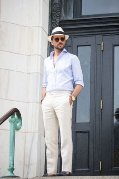 35 Wonderful White Pants Style Ideas For Men That Looks Elegant - Instead of wearing jeans in the summer, many men are opting for white pants instead. They are made of a lighter fabric material than jeans. Stylish Hats, Stylish Men, Linen Pants Outfit, White Pants Outfit Mens, Mens Linen Outfits, White Pants Men, White Trousers, White Jeans, Fashion Pants
