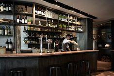 Diseño interior de la barra de bar en el restaurante pizzería Matto