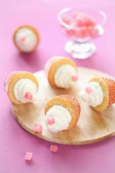 Coconut cupcakes with raspberries and pink delight / Cupcakes de coco com framboesa e lokum rosado