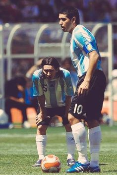 Messi tambien aprendio de un grande Messi Vs Ronaldo, Lional Messi, Argentina Football Team, The Good Son, Soccer Photography, Soccer Socks, Captain Tsubasa, Football Wallpaper, Sport Football