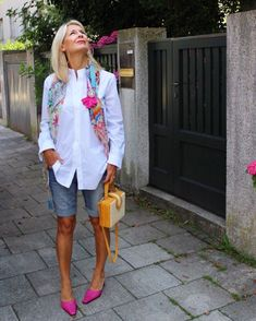 Hot pants for women over 50 - Fashion&Styling by Bibi Horst - Summer Outfits Over 50 Womens Fashion, 50 Fashion, Fashion Over 40, Look Fashion, Fashion Outfits, Fashion Trends, Ladies Fashion, Fashion Clothes, Fashion Videos