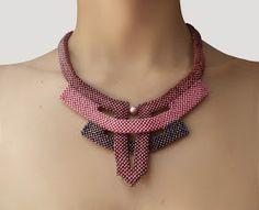 Este es un diseño realizado con una técnica llamada ángulo recto. Tiene mostacilla checa y una perla Swarovski. Puedes utilizarlo para u...