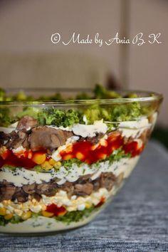 Sałatka warstwowa z brokułem i pieczarkami Good Food, Yummy Food, Party Food And Drinks, Cooking Recipes, Healthy Recipes, Vegan Dishes, Salad Recipes, Sandwiches, Healthy Eating