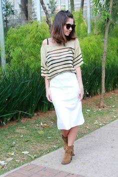 White skirt midi with golden striped blouse and ankle boots and long bob hair #ootd #lookdodia #outifit - Saia branca midi usada cin blusa listrada dourada e botas de cano curto