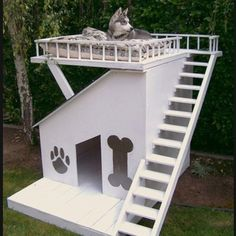 Modern Dog House except my pets live in my home, sleep in my bed, etc. Antonio dad would totally build this Modern Dog Houses, Cool Dog Houses, Pet Houses, Amazing Dog Houses, Dream Houses, Outside Dog Houses, Custom Dog Houses, Niches, Tier Fotos