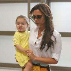 Victoria Beckham et sa fille Harper à l'aéroport de Los Angeles. Le 1er juin 2013.