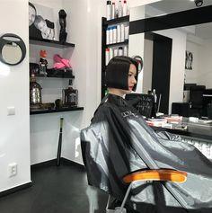 Атмосферу не купишь! #germanbessarab #bob #bobhaircut #haircut #обучениепарикмахеров #обучениестрижкам #парикмахер #салонкрасотыпенза #парикмахерпенза Classic Bob, Bob With Bangs, Longer Hair, Long Hair Cuts, Hairdresser, Barber, Bobs, Haircuts, Shampoo
