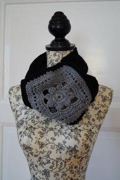 Nákrčník - šedý květ Ručně pletený a háčkovaný nákrčník v kombinaci dvou barev. Na přání vyrobím v jakékoliv barevné kombinaci. Tento již není dostupný.