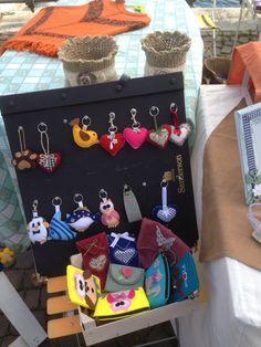 Riciclo creativo, un vecchio catalogo da tappezziere diventa un oggetto molto utile per esporre portachiavi e collane