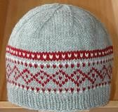Simple 3 Color Hat pattern by Sandy Montag This hat uses approx. 110 yards for the main color, 30 yards for the contrasting color and 5 yards for the contrasting color. Loom Knitting, Knitting Stitches, Free Knitting, Fair Isle Knitting Patterns, Crochet Patterns, Hat Patterns, Knit Or Crochet, Crochet Hats, Small Knitting Projects
