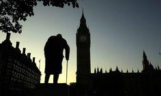 Estátua de Winston Churchill se mistura à fachada do Parlamento britânico, em Londres Matt Dunham / AP