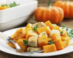 This casserole with savory bites of lean chicken breast, pumpkin, and fresh herbs has a whopping 25 grams of protein per serving and only 182 calories. Roast Pumpkin, Baked Pumpkin, Pumpkin Recipes, Fall Recipes, Pumpkin Chili, Yummy Chicken Recipes, Easy Healthy Recipes, Recipe Chicken, Clean Eating