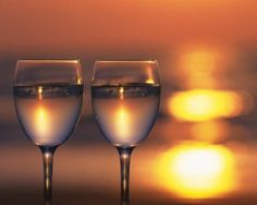 Risultati immagini per wine glass Glass Photography, Reflection Photography, Wine Drinks, Alcoholic Drinks, Disposable Cups, Sunset Wallpaper, Wine Art, Through The Looking Glass, Colored Glass