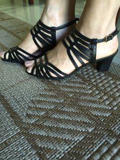 Sandália preta com tiras. Confortável e prática.