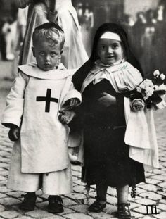 Rome, 1929 - I thnk this is children dressing as their patron saint for All Saints Day. Vintage Pictures, Old Pictures, Old Photos, Black White Photos, Black And White Photography, Lewis Carroll, Vintage Photographs, Little People, Vintage Children