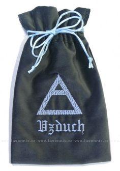 Pytlík symbol Vzduch - Air.   Rozměry: cca 15x20cm.  Sametový sáček na karty a jiné magické nebo obyčejné drobnosti se symbolem Vzduch.  Cena: 198,00 Kč