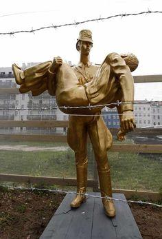 Standbeeld opgericht in 2011 ter herinnering aan Peter Fechter en andere slachtoffers van de Muur. Garden Sculpture, Statue, History, Outdoor Decor, Art, Berlin Wall, Walls, Left Out, Craft Art
