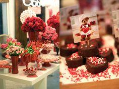 Um chá de cozinha em vermelho e rosa, bem girlie, com corações, cupidos e bichinhos: Decoração: Clarissa Rezende | Flores: Monica Rezende
