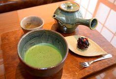 福島市飯坂町に9月にオープンした。飯坂抹茶cafeは和風モダンな店内にアンティーク家具をそろえた。お薦めは抹茶セット(570円)で地元の専門店から仕入れた宇治抹茶と健康茶に和菓子が付く。市内の自家焙煎(ばいせん)店のコーヒー(450円)も...