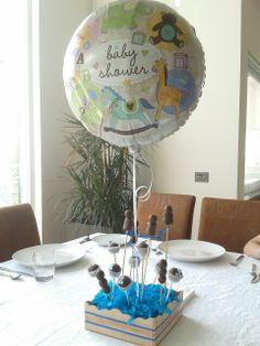 Globo y brochetas de frutas cubiertas con chocolate y cakepops