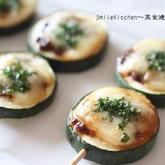 超簡単&美肌効果あり!!ズッキーニの味噌チーズ串焼き+by+いっこ@白柳徹子(佐川いく子)さん+|+レシピブログ+-+料理ブログのレシピ満載! ズッキーニにはβ―カロテンやビタミンが含まれているので美肌・美白効果、そして味噌には大豆イソフラボンにが含まれているので、アンチエイジング効果が期待できます。 また、チーズも使っていておつまみに... Sushi Recipes, Asian Recipes, Vegetarian Recipes, Cooking Recipes, Appetizer Salads, Appetizers For Party, Miso Recipe, A Food, Food And Drink