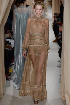 See all the Collection photos from Valentino Spring/Summer 2015 Couture now on British Vogue Fashion News, Fashion Models, Girl Fashion, Fashion Show, Fashion Design, Fashion Spring, Dress Fashion, Valentino Couture, Valentino Dress