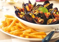 Mosselen (Mussels) served with french fries, quite popular in the Netherlands/Holland. Slow Cooker Recipes, Crockpot Recipes, Belgian Cuisine, Belgium Food, Le Curry, Latin Food, Seafood, Food And Drink, Yummy Food