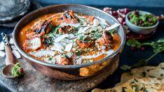 Krydret kylling smaker nydelig servert i en aromatisk currysaus. Kjøttet og sausen lager du hver for seg - oppskriften på sausen finner du her.      Kjøttet bør marineres i minst 6 timer. Det er ikke medregnet i tilberedningstiden. Paella, Grilling, Yummy Food, Yummy Recipes, Food And Drink, Chicken, Meat, Baking, Ethnic Recipes