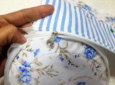 Oi galerinha, hoje vai o passo à passo de como fazer uma necessaire de tecido redonda com zíper. A necessaire hoje não só tem a função de armazenar e organizar objetos, mas também tem uma função de…