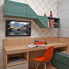 WEBSTA @ ohlaemcasablog - Cantinho super charmoso! ✨ Mesa de estudos em mdf amadeirado e armário alto irregular combinando com o armário baixo, ambos em um tom esverdeado em laca brilhosa! Para dar uma alegrada, a cadeira laranja caiu como luva! ☝️ O papel de parede xadrez trouxe a suavidade e a textura diferenciada para o ambiente! Combinação linda! Nós adoramos e vocês, gostaram⁉️