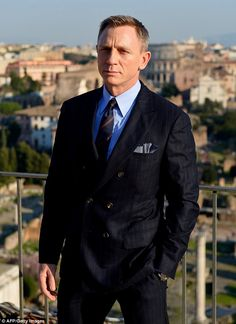 It's time to Grab James Bond Suits, as Daniel Craig is the top rated character and his clothing is trending more than others. 007 Tuxedo for Sale Now! Terno James Bond, James Bond Suit, Bond Suits, James Bond Style, Daniel Craig James Bond, Daniel Craig Suit, Daniel Craig Style, Der Gentleman, Gentleman Style