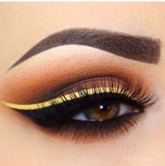 Maquillaje naranja y delineado