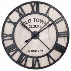 Vintage ronde Grote industriele WANKLOK van ijzer, staande klokken met industriële vierkante klok van ijzer. de houten ovale landelijke klokken zijn beige-wit met zwart en bruin. Grote landelijke wanklokken voor in een landelijk interieur.