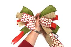 How to Tie Multiple Ribbon Bow Save those ribbon scraps and make these easy multiple ribbon bows. Making Bows For Wreaths, How To Make Wreaths, How To Make Bows, Ribbon Making, Wreath Making, Burlap Bows, Ribbon Bows, Ribbon Hair, Ribbons