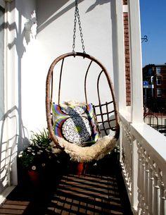 Schommelstoel of schommelbank op balkon   Interieur inrichting