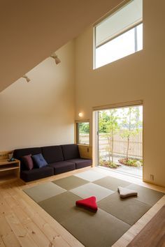 Under the tatami would be drawers and the wooden part would be pulling boxes Modern Japanese Interior, Japanese Home Design, Asian Interior, Home Interior Design, Interior And Exterior, Sala Tatami, Tatami Room, Interior Windows, Small Apartment Decorating