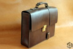 SIMPLE LEATHER BRIEFCASE - ART.BUTTERO LEATHER : ITALIAN FULL VEGETABLE ART.BUTTERO THREAD : LIN CABLE #532 COL. 571BIS LOCK : SWISS AMIET BRASS
