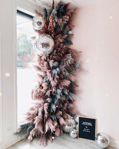 Christmas Time, Christmas Wreaths, Christmas Decorations, Holiday Decor, Deco Floral, Floral Design, Balloon Garland, Balloons, Bohemian Christmas