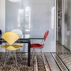 This apartment in Barcelona shows a perfect combination with the ,Wire Chairs' by Charles & Ray Eames and graphic  tiles. #eames #rayandcharleseames #vitra #architecture #art #furniture #interior #interiordesign #designclassic #midcentury #modernism #pattern #art #retro #scandinaviandesign #productdesign #designstudio #danishdesign #danishmodern #minimalism #interior4all #graphic #picture @ adriàgoula