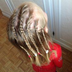 Une coiffure facile et très jolie : retrouvez le tuto sur mon blog et plein d'autre : une girly, un jour, une coiffure