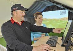 """""""FlightScope"""" in der Öschberghof Indoor-Golfanlage - Mit einem 3D-Motion-Tracking-Radargerät können Ballflug, Geschwindigkeit, vertikaler und horizontaler Eintreffwinkel, Side- und Backspin, Schlägerkopfgeschwindigkeit und vieles mehr gemessen und der Flug des Balles mittels eines Beamers auf einer großen Leinwand dreidimensional sowie in Echtzeit dargestellt werden. www.oeschberghof.com"""
